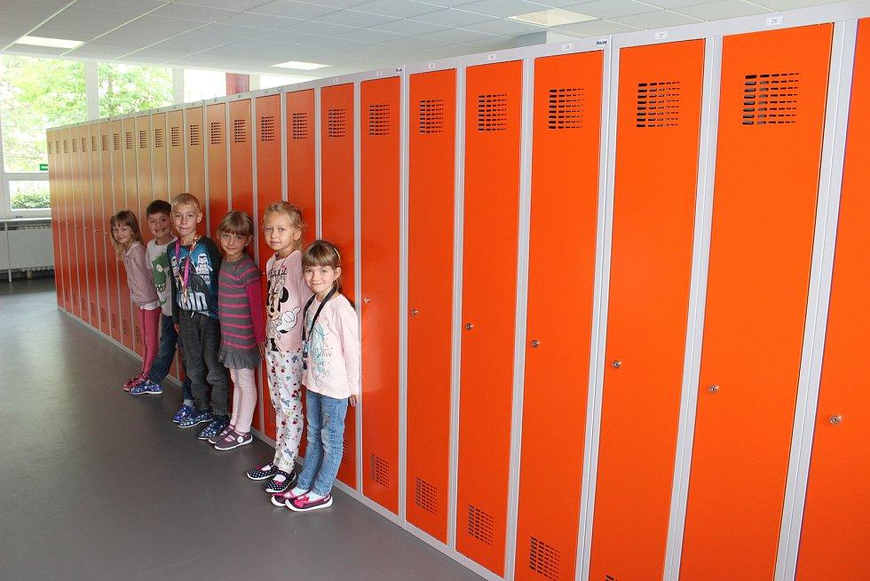 Děti ze 2. Základní školy Napajedla mají od začátku školního roku nové šatní skřínky.