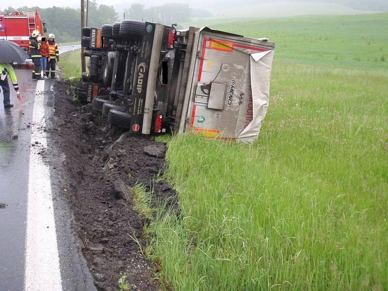 Převrácený kamion u obce Bratřejov na Zlínsku