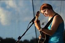 Mezi prvními interprety letošního festivalu Trnkobraní ve Vizovicích byla také Lucie Redlová, která zahrála a zazpívala v pátek 28. srpna odpoledne.