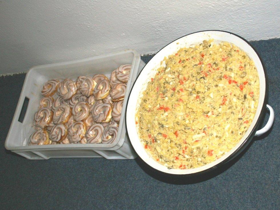 Něco malého sladkého (věnečky) a něco většího kalorického (bramborový salát).