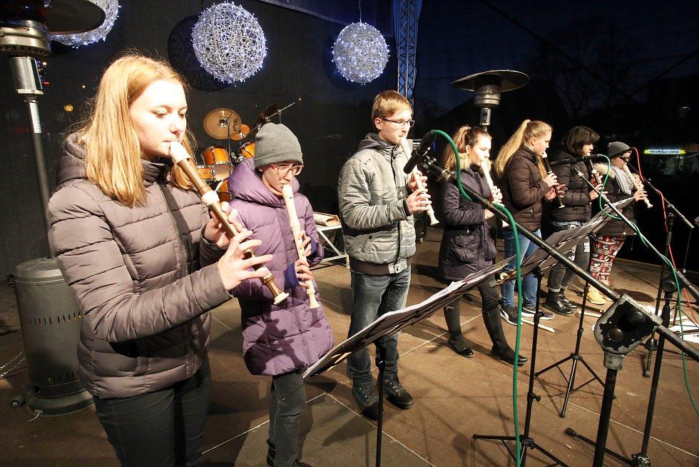 Česko zpívá koledy na náměstí Míru ve Zlíně. HŠ Yamaha