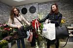 Sběrné místo pro kabelkový veletrh v  květinářství Halka ve Zlíně.Vlevo Denisa Dočkalová, vpravo Eliška Gibalová