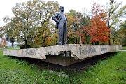 Uražený sokl pomníku T. Bati a J.A.Bati ve Zlíně.