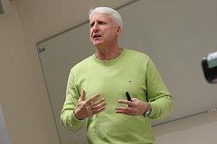 Marián Jelínek přednáší v Centru polymerních systémů ve Zlíně.