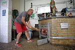 Pálení letních kvasů v pálenici v Březnici.Na sníku Otto Fišer. Vlevo.