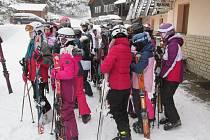 Lyžařský kurz se vydařil. Někteří stáli na lyžích poprvé