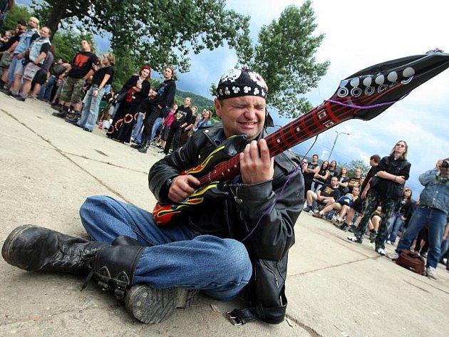 Na rockové slavnosti se sešly tisícovky fanoušků tvrdé kytarové hudby