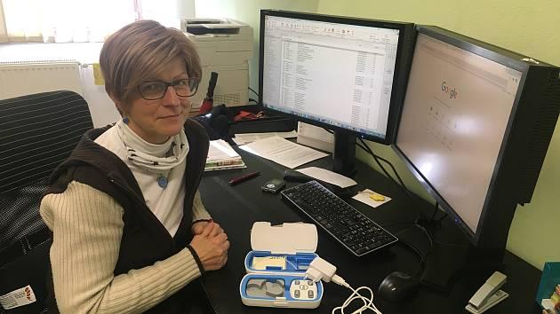 Andera Grechová s příslušenstvím ke Kochleárnímu implantátu.