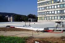 Kus práce už odvedli stavebníci na projektu parkovacího domu u zlínské Baťovy nemocnice. Budova už pomalu dostává svoji konečnou podobu, rýsují se obě podlaží, na nichž bude moci zaparkovat dvě stě dvacet aut.