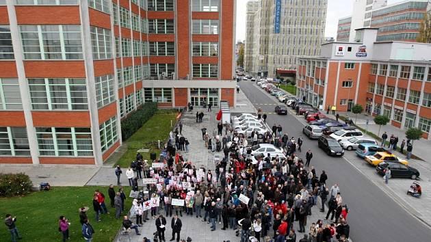 Demonstrace proti KSČM před krajským úřadem ve Zlíně.