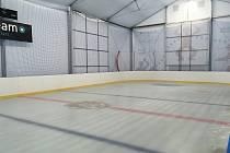 Ve Zlíně otevřeli nový, mobilní zimní stadion.
