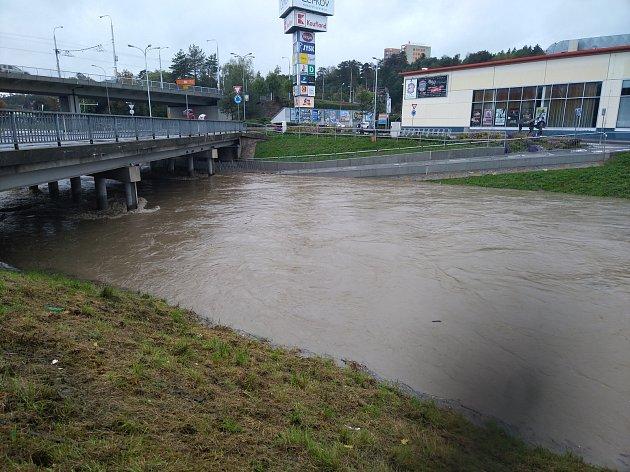 Vytrvalý déšť výrazně zvednul hladinu řeky Dřevnice. Voda zaplavila inově vybudovanou cyklostezku.
