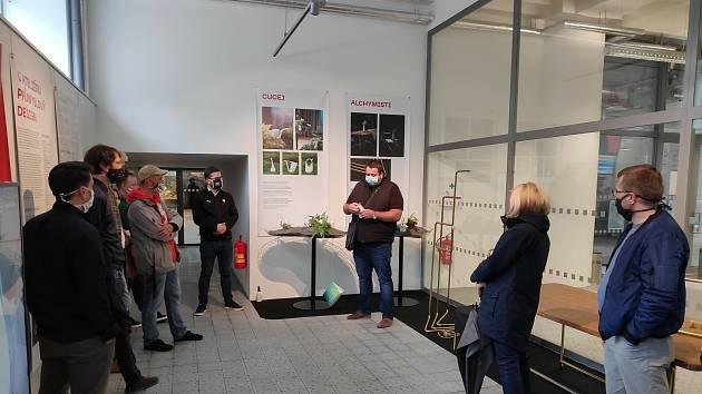 Martin Surman vysvětluje design lázeňského hrníčku