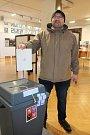 1. volební místnost: ALTERNATIVA - kolektivní dům, kulturní institut ve Zlíně. Na snímku je volič Petr Hlaváč ze Zlína. V pátek 12. ledna a v sobotu 13. ledna 2018 se konají prezidentské volby.