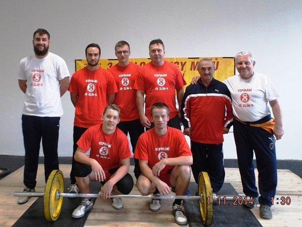 zleva: Tomáš Hofbauer, Lukáš Bohun, Lukáš Hofbauer, Michal Brida, Oldřich Kužílek a Jaroslav Janeba. Klečí zleva: Pavel Jančík a Josef Stuchlík.