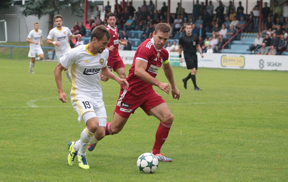 Fotbalisté Zlína B (v bílých dresech) ve 4. kole MSFL prohráli ve Velkém Meziříčí 0:2. Foto: pro Deník/Jan Zahnaš