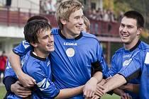 Kanonýr Brumova Olin Bartozel (vlevo) se raduje se svými spoluhráči Davidem Juřicou (uprostřed) a Františkem Petríkem z jedné ze dvou vítězných tref do sítě lídra ze Štítné nad Vláří.