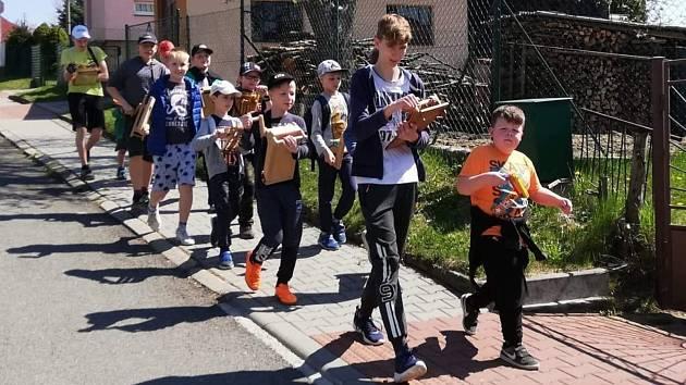 Dvanáct klabačů vyrazili do ulic v Hrobicích.