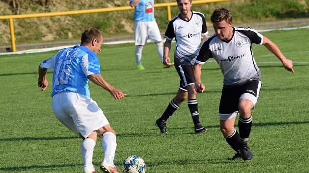 Fotbalisté Ořechova (v modrých dresech) v prvním mistrovském zápase porazili nováčka z Topolné 3:1.