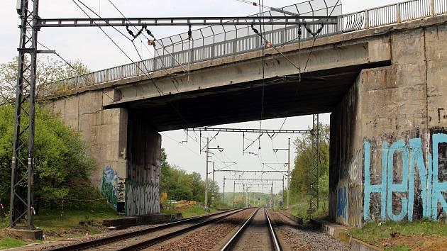 Most přes železnici na silnici 55 u Baťova v Otrokovicích.