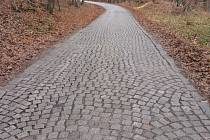 V Provodově chystají opravu cesty z kostek, která vede na tamní poutní místo Malenisko. Je už ve špatném stavu, kostky ale chtějí zachovat.