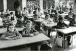 VE ŠKOLNÍCH LAVICÍCH. Usměvavé děti ze druhé třídy Základní devítileté školy Březnice, a to v roce 1978. Škola je tam nyní malotřídní (1. až 5.třída) se třemi třídami.
