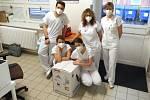 Vakcína společností Pfizer a BioNTech proti onemocnění covid-19 dorazila 30. prosince 2020 do zlínské nemocnice