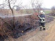 Muž ve Zborovicích vypaloval trávu, k požáru musely tři jednotky hasičů