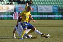 Fotbalisté Zlína (ve žlutých dresech) vstoupili do jarních odvet zápasem na hřišti v Karviné. Foto: pro Deník/Jan Zahnaš