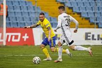 Zlínský fotbalista Antonín Fantiš (ve žlutém dresu) brání karvinského Lukáše Bartošáka.