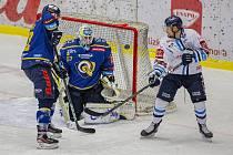 Hokejisté Zlína (v modrém) v úterý večer na Zimním stadionu Luďka Čajky vyzvali Bílé Tygry z Liberce. Na snímku Huf. Foto: pro Deník/Jiří Zaňát