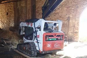 V Luhačovicích se propadl pásový nakladač Bobcat stropem