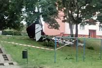 Na Nábřeží v Napajedlech bouřka odnesla část střechy jedenácti patrového domu.  Polámala stromy a zastavila dopravu kolem města