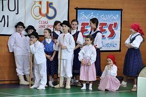 Klobučánek čeká na vystoupení. Mezi dětmi i Veronika Kostková a Jůlie Lišková.