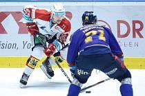 Hokejové utkání Tipsport extraligy v ledním hokeji mezi HC Dynamo Pardubice (v bíločerveném) a PSG Berani Zlín (v modrém) v pardudubické enterie areně.