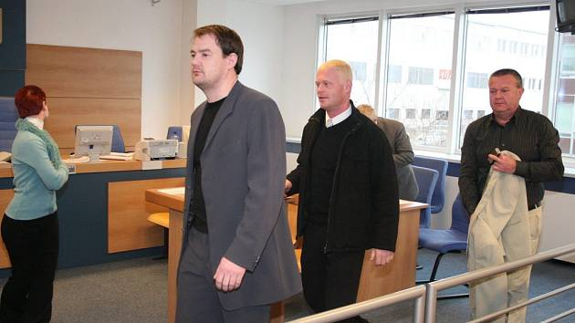 Obvinění Tomáš Sháněl (v šedém saku) a Roman Šiška (v černé bundě).