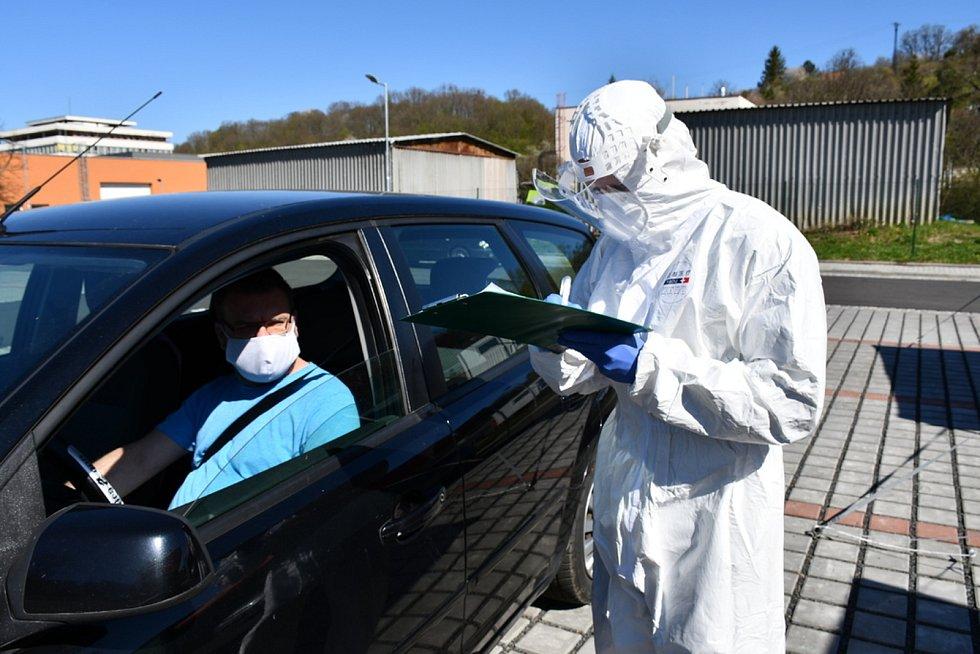 Redaktor Valašského Deníku Martin Mrlina prožil test na COVID na vlastní kůži. Ve Zlíně, 20. dubna 2020.