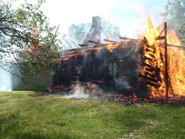Chatu možná někdo schválně zapálil