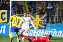 Fotbalisté Fastavu Zlín (ve žlutém) v rámci 13. kola I. ligy doma porazili brněnskou Zbrojovku 2:1.