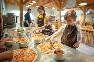 Startují kurzy pečení frgálů, nově bude i pizza pro děti.