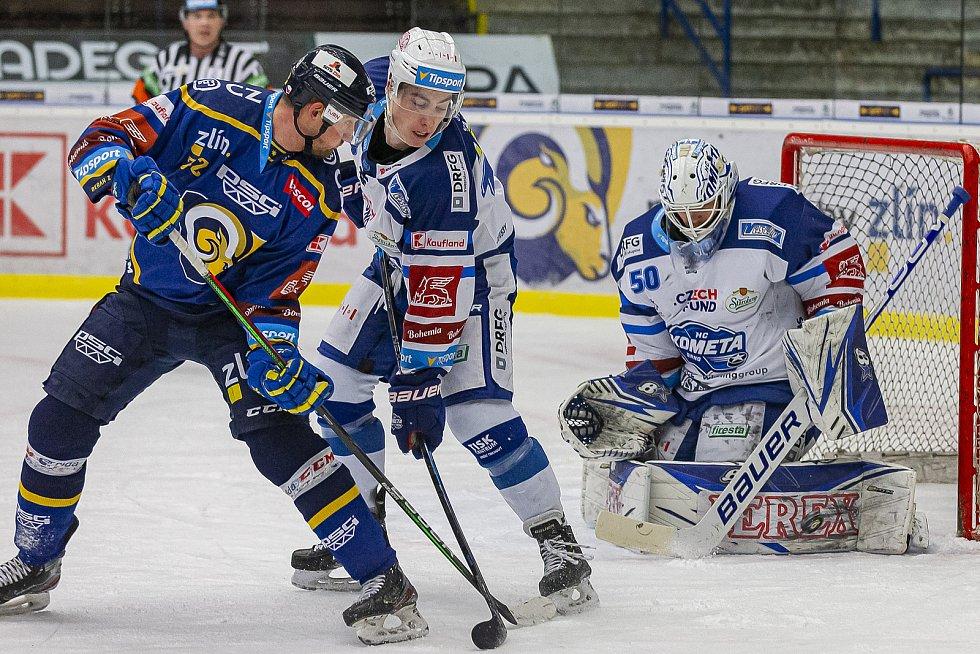 Extraligoví hokejisté Zlína (v modrém) v dohrávce 7. kola extraligy v úterý vyzvali  Kometu Brno. Na snímku Ondráček, Vejmelka.