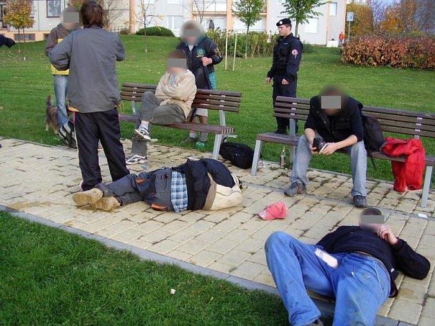 Skupinka mladých opilých lidí pokřikovala na kolemjdoucí. Část z nich ležela na chodníku, čímž blokovali cestu.