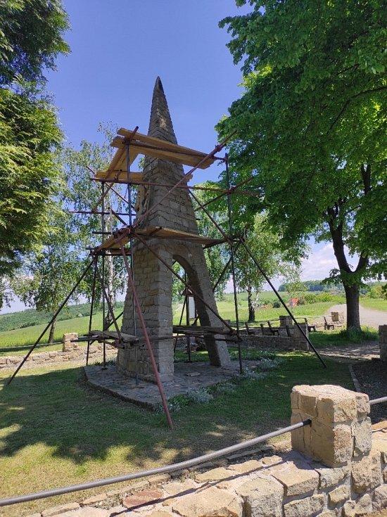 Památník obětem II. sv. války v Březnici opravují.