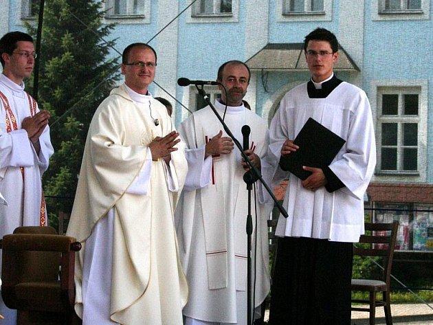 První bohoslužba novokněze Pavla Šupola na náměstí v rodných Valšských kloboukách