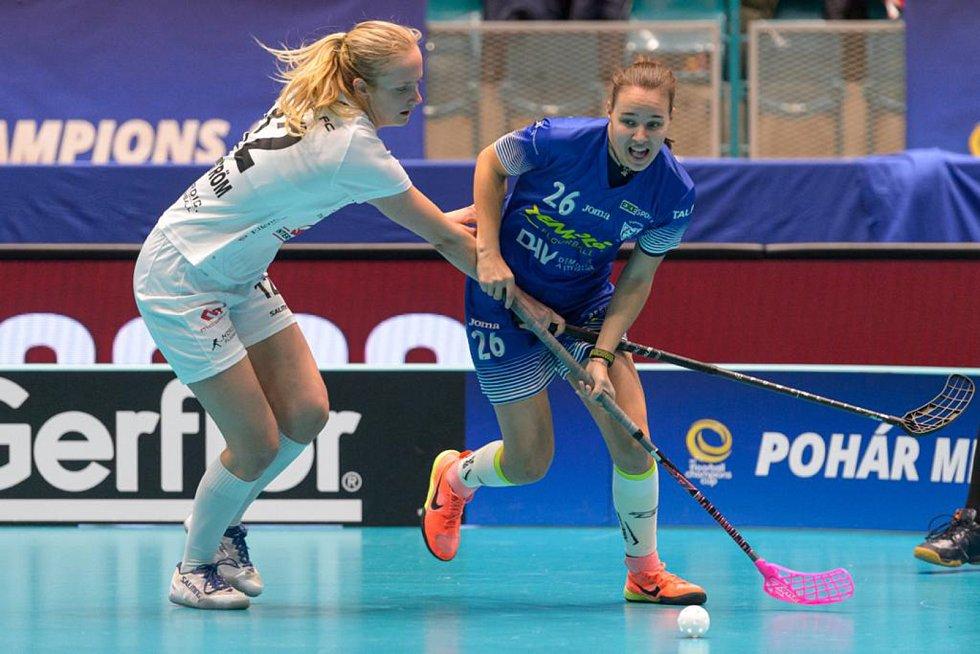 Dvacetiletá florbalistka Barbora Husková (vpravo) si o zahrála o Pohár mistryň. Foto: International Floorbal Federation