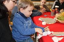 Výroba textilních panenek ve zlínském muzeu.