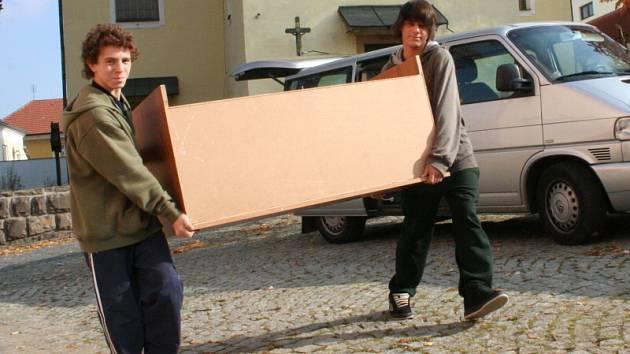 Při přesunu vybavení domova do náhradních prostor přiložily ruce k dílu i samy děti.
