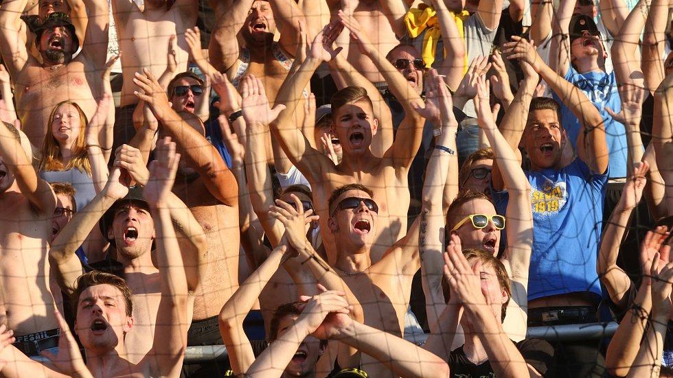 Fanoušci Zlína na stadionu v Uherském Hradišti při derby se Slováckem