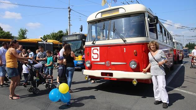 Dny otevřených dveří v Dopravní společnosti Zlín-Otrokovice. Autobus Škoda 706 RD  rok výroby 1947