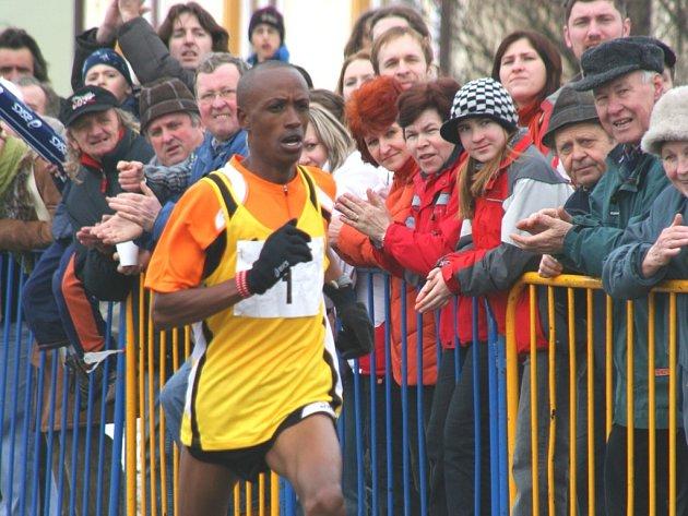 Ezekiel Jafari Ngimba zaběhl Rohálovskou desítku jako první atlet pod třicet minut.